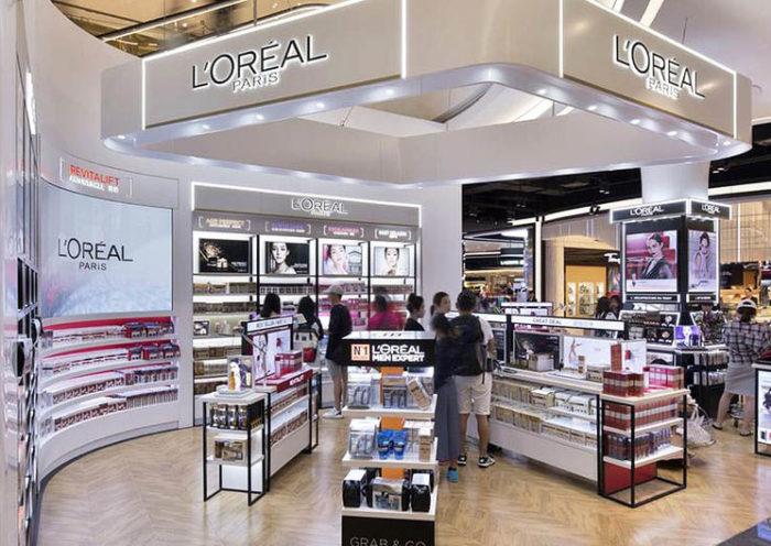 """L'Oréal decidió retirar algunos términos como """"blanqueador"""" de la descripción de sus productos en un contexto mundial de manifestaciones antirracistas."""