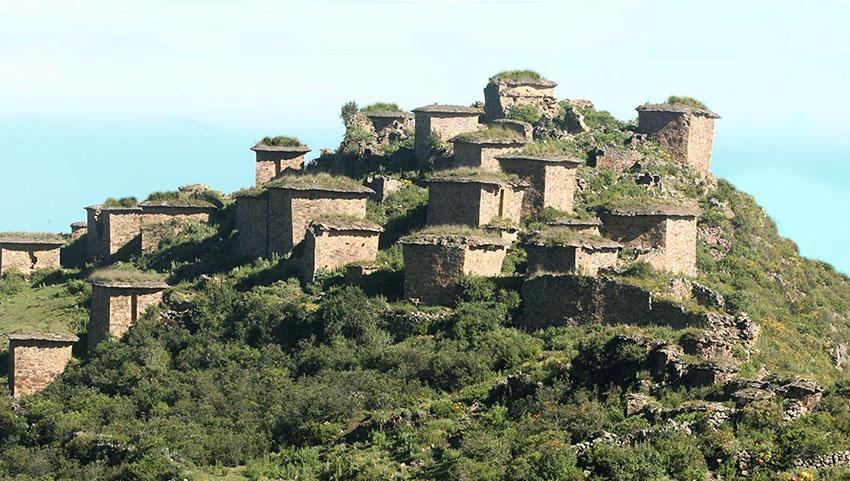 Rúpak está situada en la comunidad de San Salvador de Pampas, en el distrito de los Atavillos Bajo, provincia de Huaral, a 3,044 m.s.n.m.
