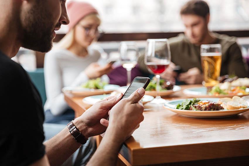 """Glovo se suma a """"Unidos a la Mesa"""" que impulsa Backus a través de la adquisición de cupones para usar en restaurantes"""