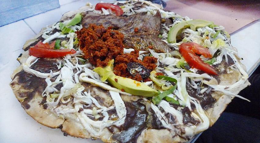 La Tlayuda mexicana es conocida también comoclayudao 'pizza mexicana'