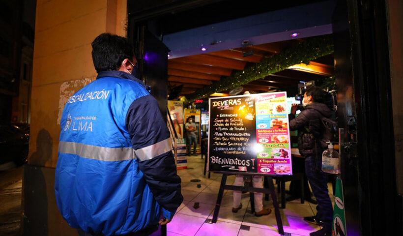 La Municipalidad de Lima clausuró tres establecimientos donde se consumían bebidas alcohólicas, sin cumplir con las medidas de bioseguridad