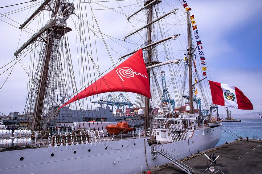 Promperú hizo entrega de la Marca Perú al BAP Unión; gracias a ello la nave llevará impresa ese logo en su vela principal.