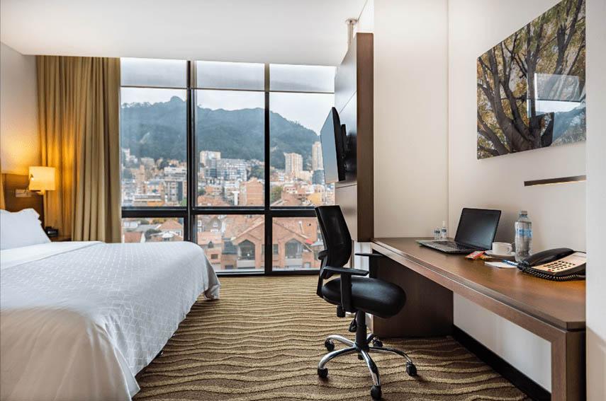 Repleto de tecnología y bioseguridad. Así regresó el Holiday Inn Express & Suites Bogotá DC, un complejo hotelero de 99 habitaciones