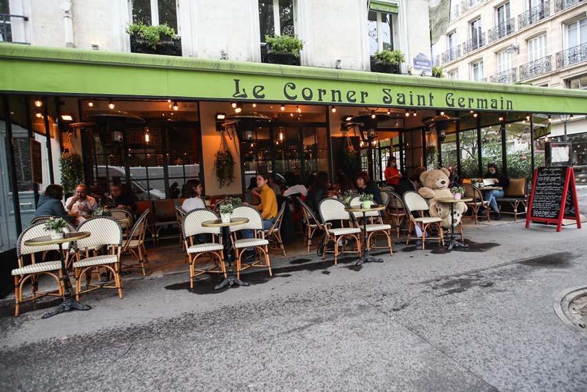 París cierra bares y limita restaurantes para frenar la pandemia del COVID-19