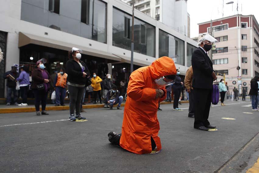 Este año, debido a la pandemia, las Hermandad de Las Nazarenas, decidiócancelar la procesión333 del Señor de los Milagros