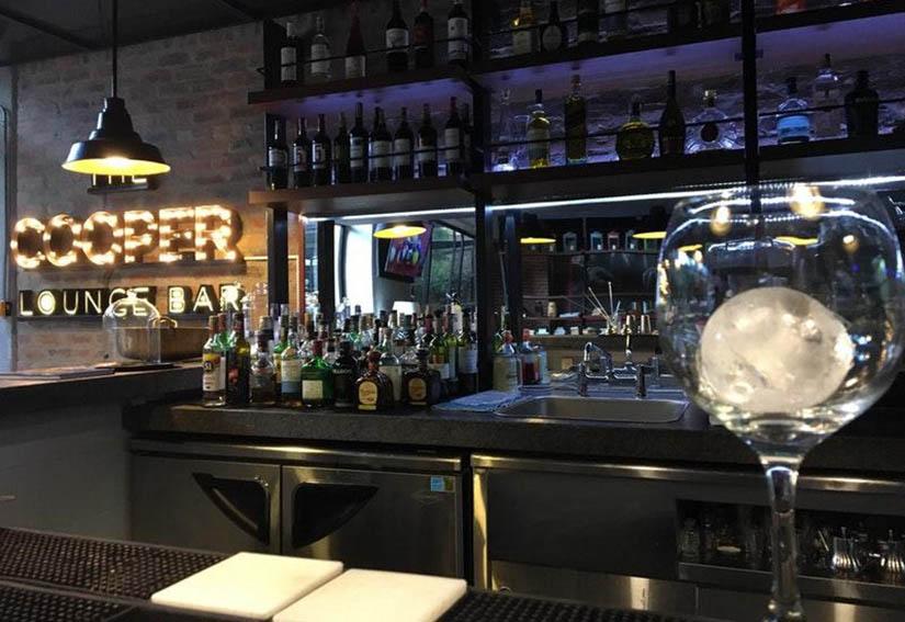 The Artisan D.C. Hotel, Autograph Collection tiene un espacio perfecto para elevar tus sentidos: The Cooper Lounge Bar.