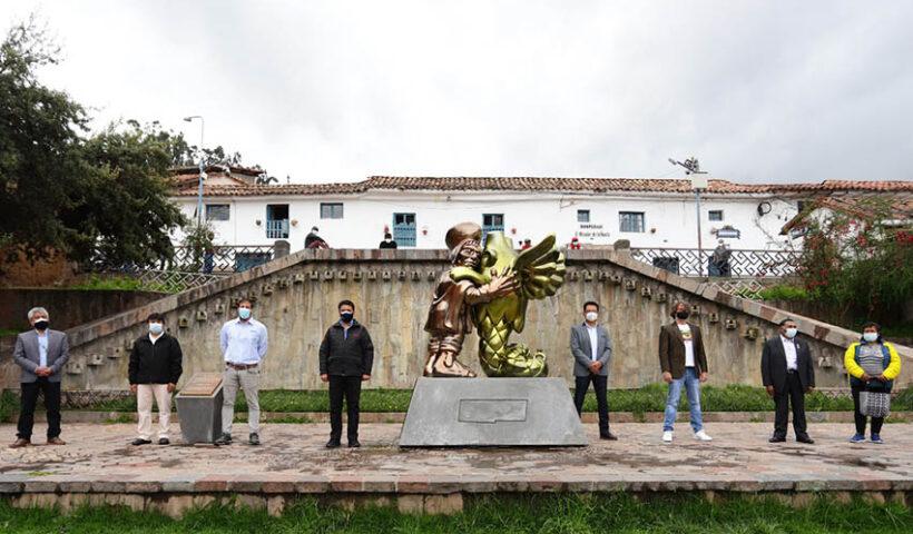 """Cusqueña presenta el """"abrazo imposible"""" en la ciudad del Cusco"""